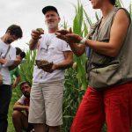Konrad Schreiber montre une motte de terre