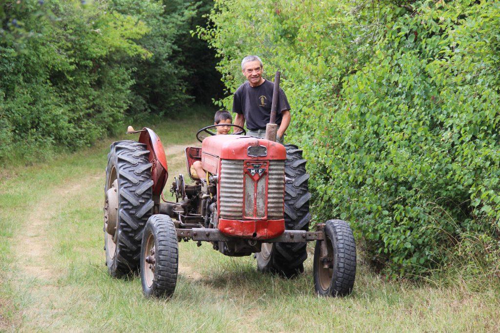 Agriculteur sur son tracteur avec son fils