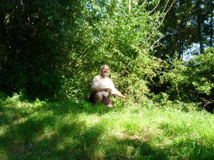 Hervé Covès dans un paysage vert